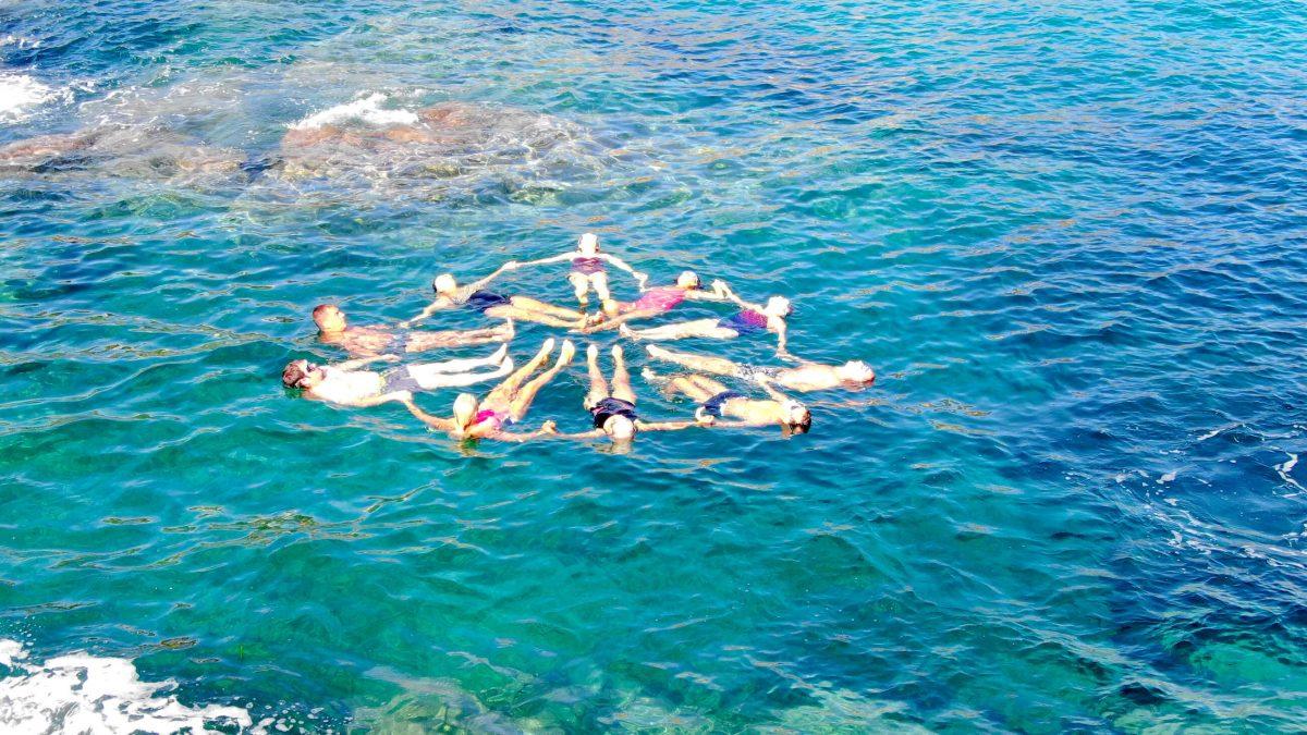 nager_dans_le_bonheur_aquaphobie_vue_drone_sublime_groupe