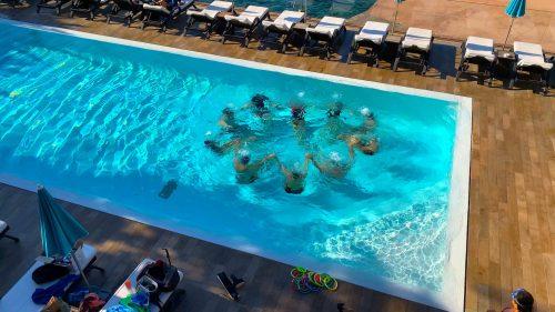 groupe de personnes la tête sous l'eau pour vaincre leur peur dans l'eau