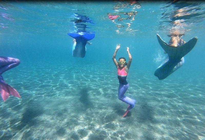 sirènes qui nagent sous l'eau
