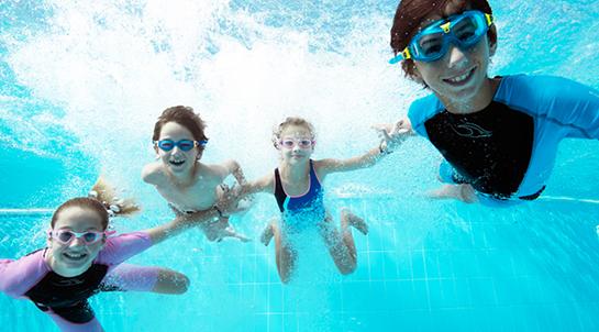 cours de natation enfants sous l'eau