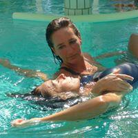 nager dans le bonheur avec aquaphobe dans l'eau en relaxation aquatique séjour france