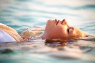 personne relaxée dans l'eau